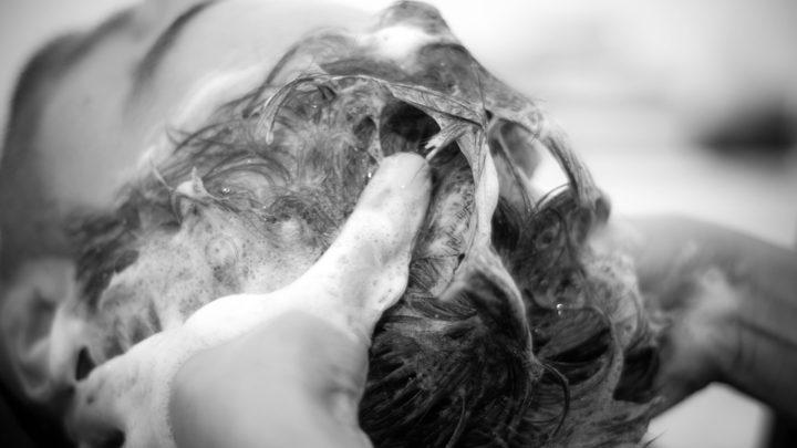 Советы трихолога: вот как следует мыть голову,