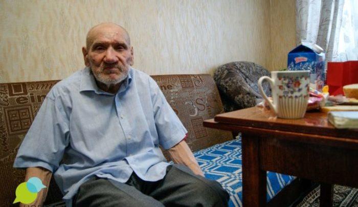Старик, оставшийся без крова много лет назад, обрел семью