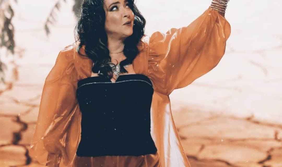 Лолита решила записать домашнее видео: танцы с «шестом» в руках