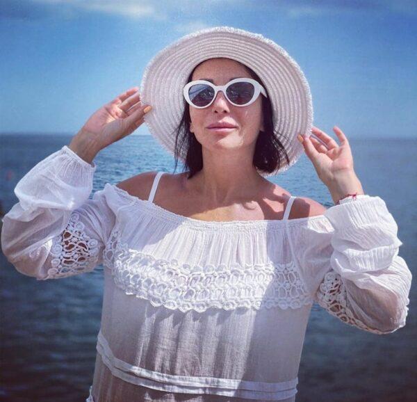 «Пора бы уже и за фигуру взяться!» Хейтеры раскритиковали пляжные фото Алики Смеховой
