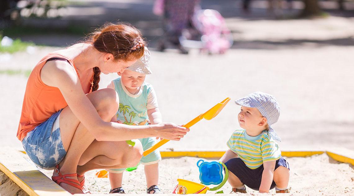 Родители с детьми в общественном месте. Каких правил стоит придерживаться